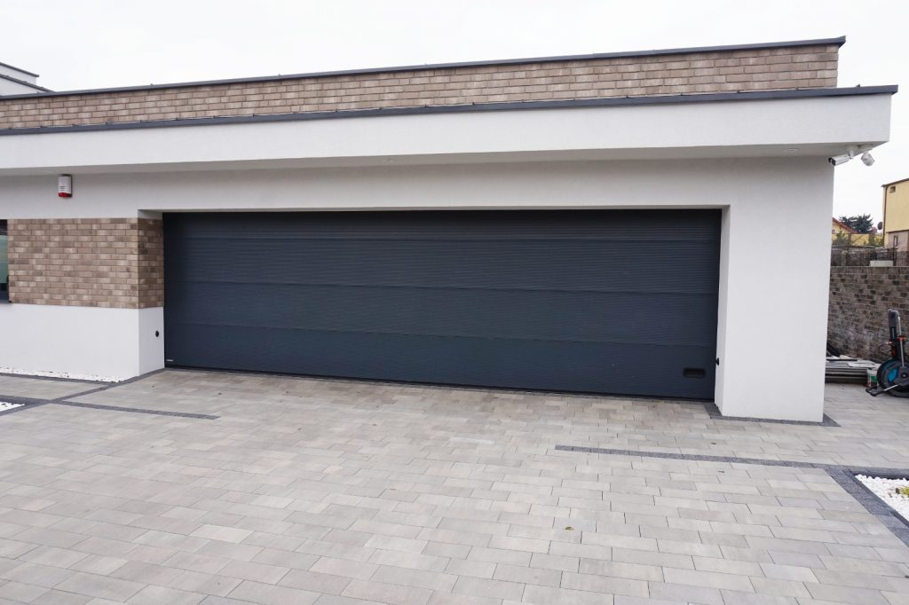 Szeroka brama garażowa, segmentowa w kolorze RAL 7016