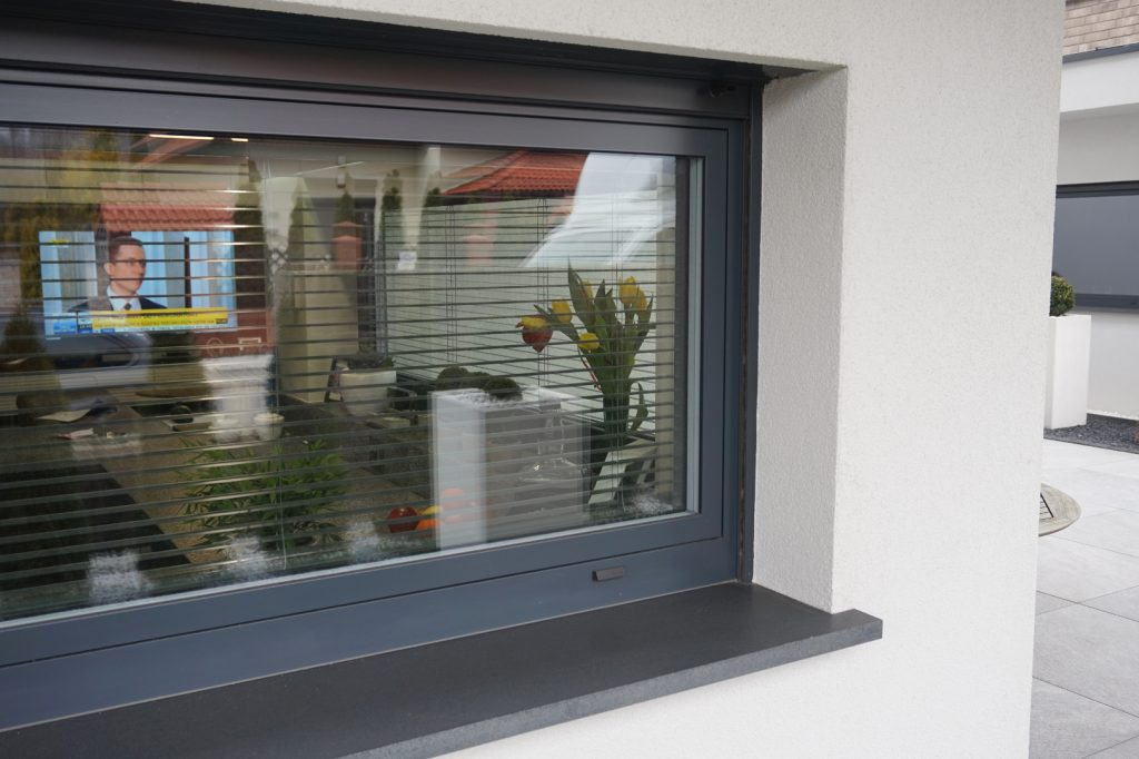 Okno kuchenne z roletą zewnętrzną podtynkową oraz żaluzją wewnętrzną aluminiową