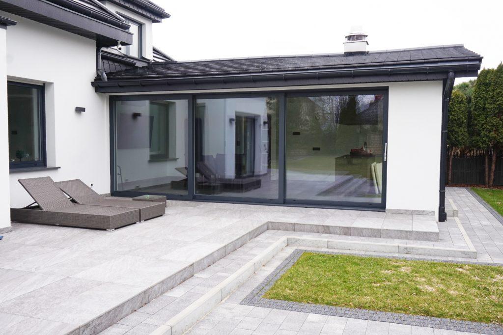 Okno aluminiowe przesuwne typu HST o szerokości 6 metrów