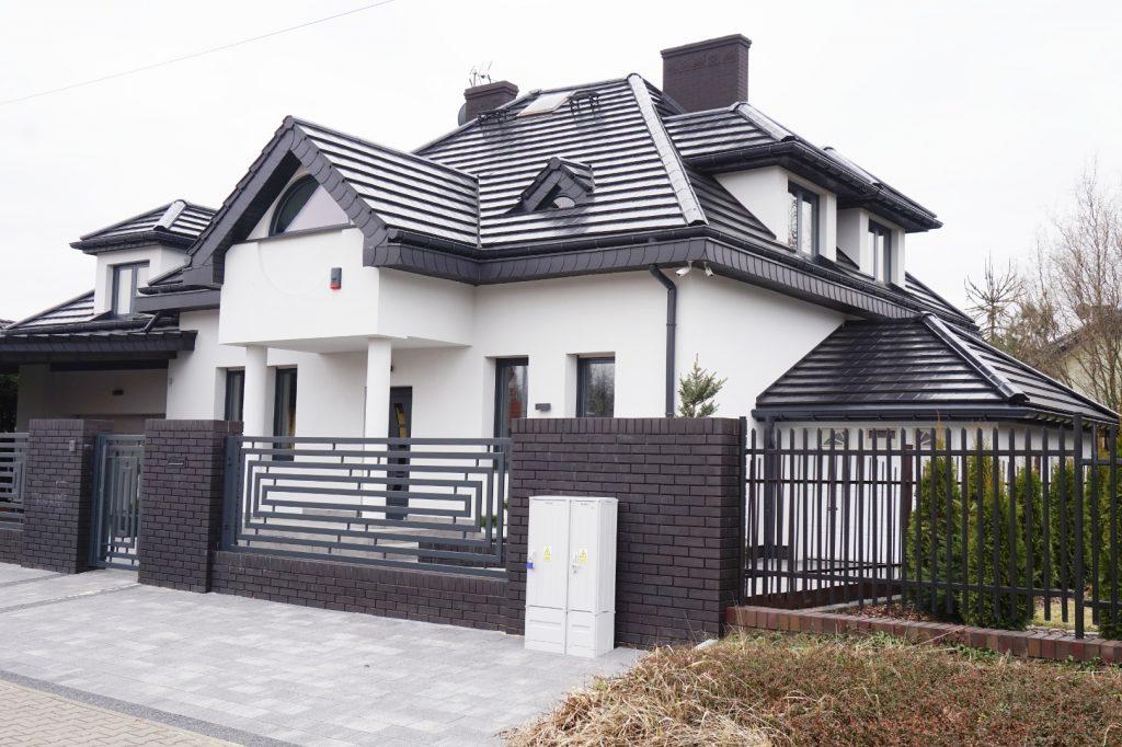 Dom w Będzinie z oknami aluminiowymi w kolorze antracytowym